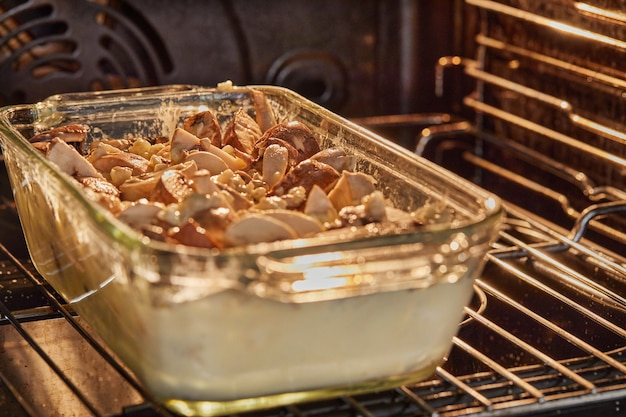 Ser clafoutis roquefort z pieczarkami w szklanej formie piecze się w piekarniku