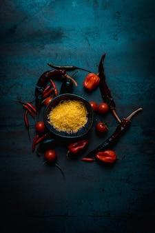 Ser do kuchni meksykańskiej z papryką i pomidorkami koktajlowymi na ciemnym jedzeniu