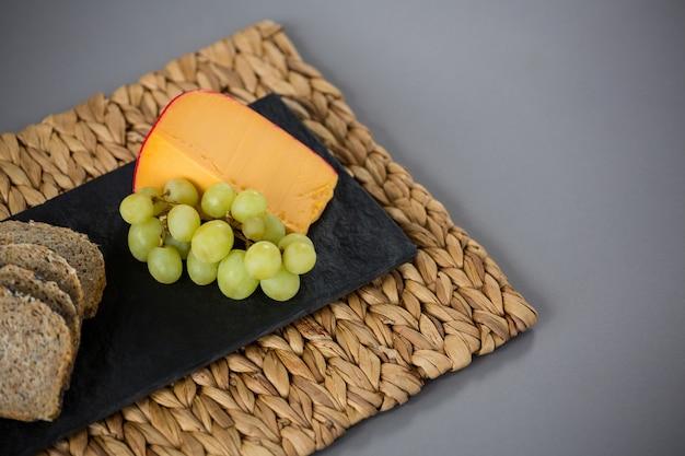 Ser gouda i winogrona na talerzu łupkowym