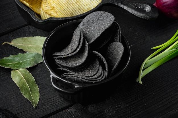 Ser i szczypiorek ziemniaczana chrupiąca przekąska na czarnym tle drewnianych