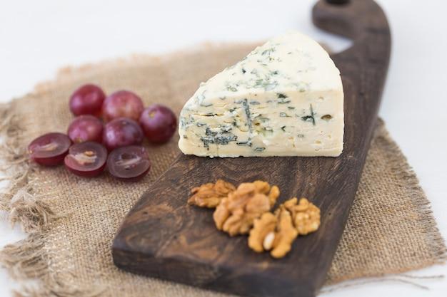 Ser pleśniowy lub brie z winogronami i orzechami