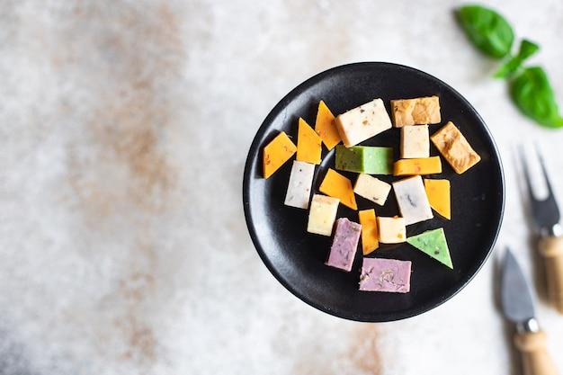 Ser różne warianty asortymentowe sery dojrzewające bazylia lawenda kozieradka chili pieczone mleko kurkuma marchewka