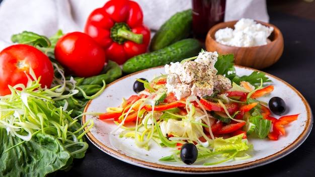 Ser sałatkowy ze świeżych warzyw i oliwki. grecka sałatka