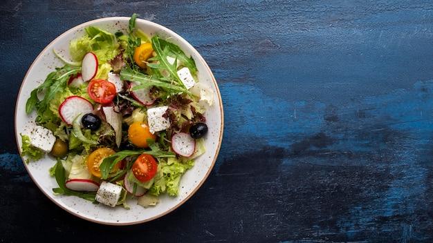Ser sałatkowy ze świeżych warzyw. pojęcie zdrowej diety.