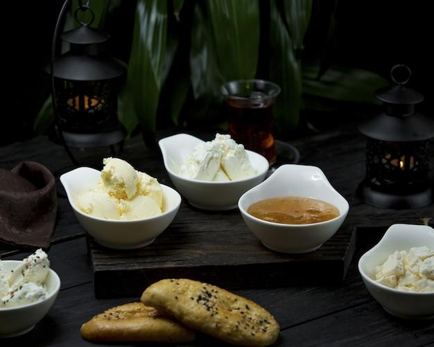 Ser śniadaniowy, niesolone masło i miód
