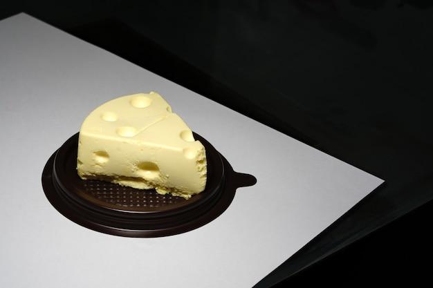Ser szwajcarski emmental w kawałku na widoku z góry stołu