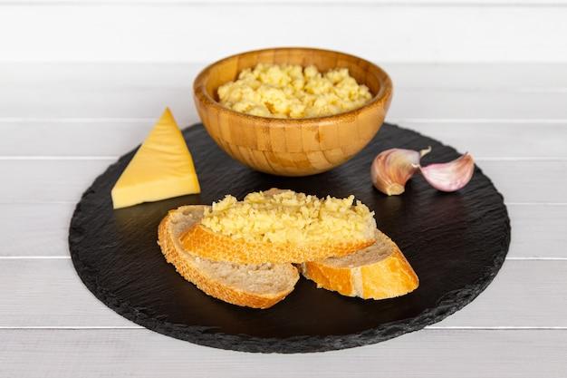 Ser z czosnkiem posmarowany plastrami bagietki