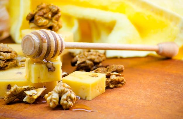 Ser z orzechami włoskimi i miodem - zdrowa zdrowa żywność