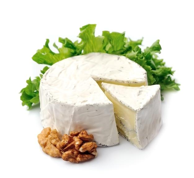 Ser z sałatką i orzechami na białym tle.