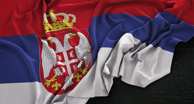 Serbia flag zgnieciony na ciemnym tle renderowania 3d