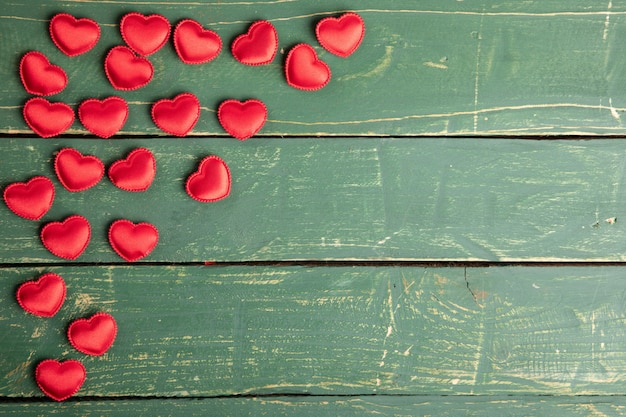 Serca na zielonej tapecie