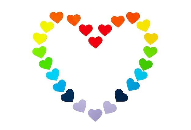 Serca papierowe w kształcie serca na białym tle. kolory tęczy. walentynki. symbol lgbt