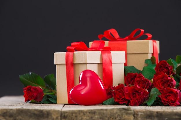 Serca, prezenty i bukiet czerwonych róż
