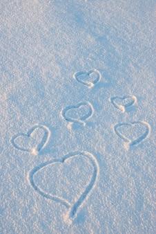 Serca rysują się na śniegu