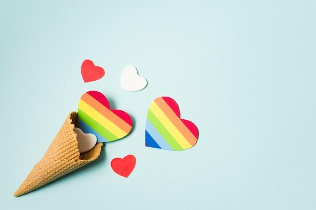 Serca w kolorach tęczy ze stożkiem lodów