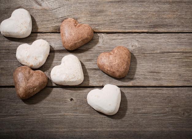 Serce ciastko na drewnianym tle