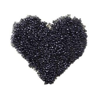 Serce czarnego kawioru na białym tle