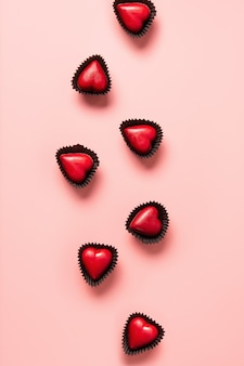 Serce czerwone słodycze, list miłosny i prezent na niebiesko. romantyczne zaproszenie na walentynki.