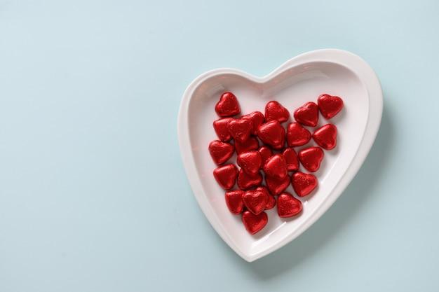 Serce czerwone słodycze, list miłosny i prezent
