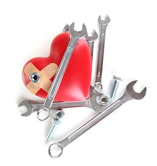 Serce i narzędzia. koncepcja: renowacja serca. na białym tle