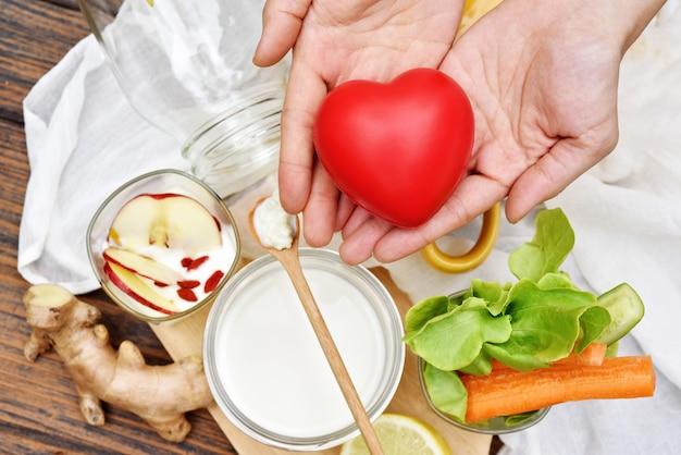 Serce i zdrowe jedzenie, mleko kefirowe, jogurt, świeże owoce i warzywa organiczne