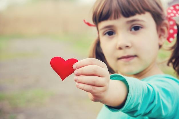 Serce jest w rękach dziecka. selektywna ostrość.