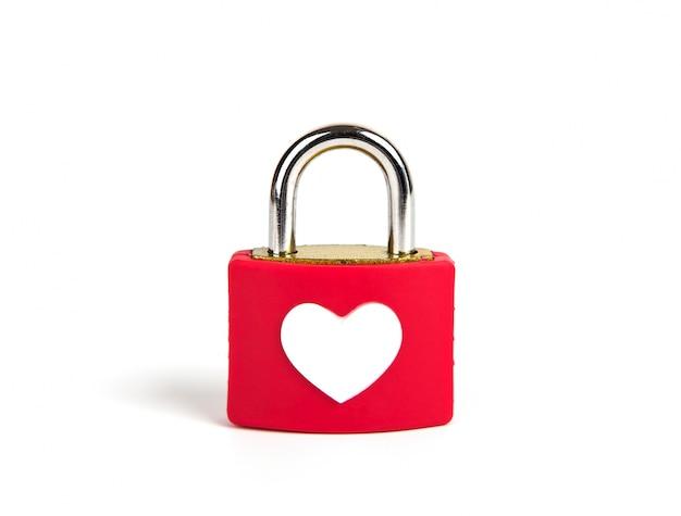 Serce kłódkę i klucz na białym tle