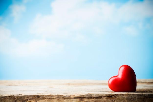 Serce na drewnianej desce. walentynki kartkę z życzeniami.