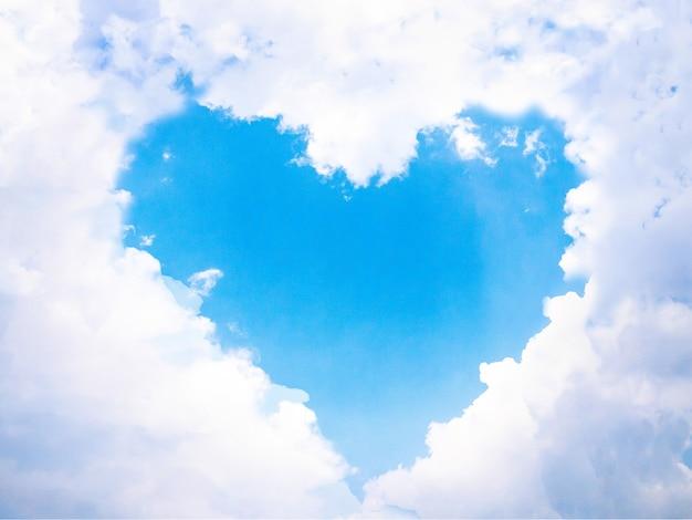 Serce na niebie chmurnieje niebo. centralne położenie serca w chmurze. spacja puste na środku.
