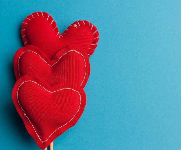Serce na patyku miłość wakacje walentynki niebieskie tło