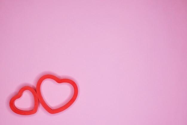 Serce na różowym tle. karta walentynkowa, koncepcja wakacje.