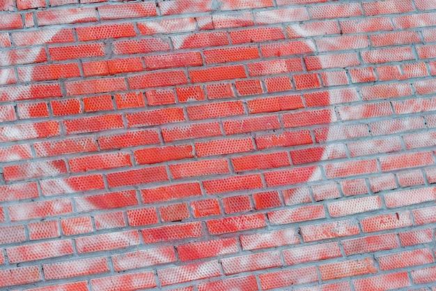 Serce na ścianie z cegły