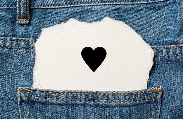 Serce na tle rozdarty papier na dżinsy koncepcja miłości i valentine