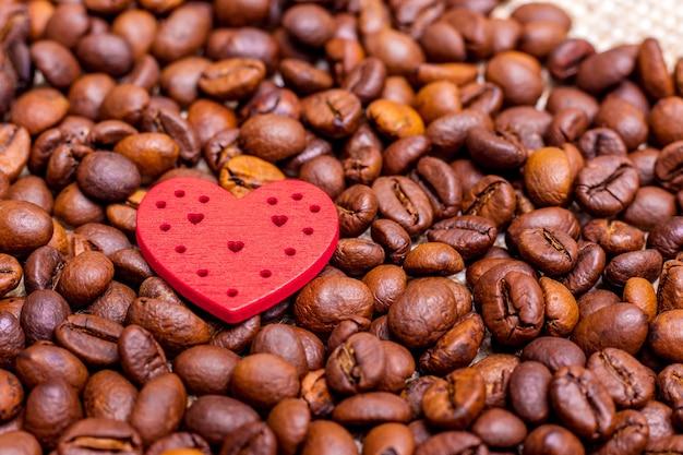Serce na tle ziaren kawy