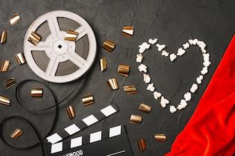 Serce popcornu w pobliżu zdjęć kinematograficznych