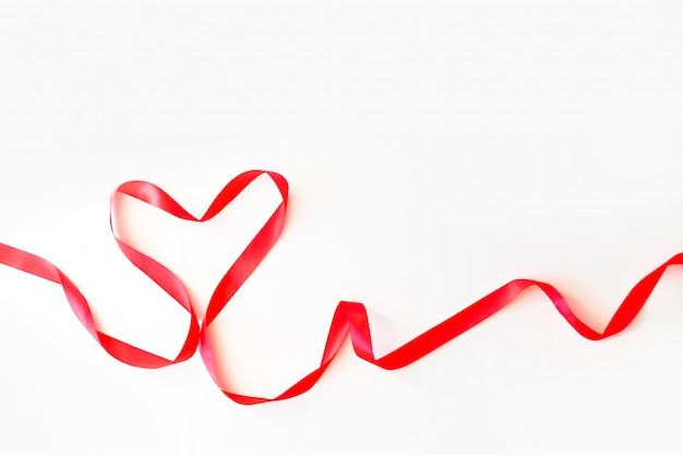 Serce robić czerwony jedwabniczy faborek odizolowywający na bielu