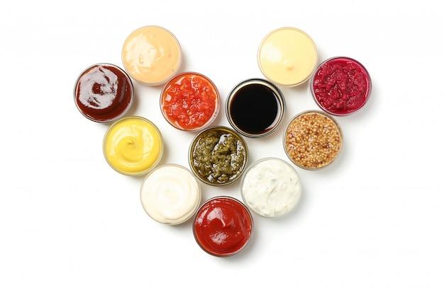 Serce robić puchary z sosami odizolowywającymi na białym tle
