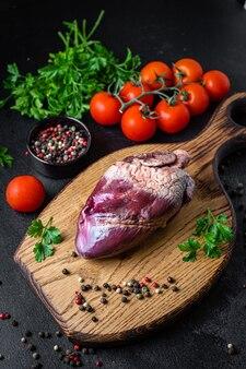 Serce surowe podroby wieprzowe lub wołowe przekąska gotowa do spożycia
