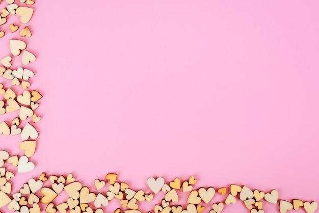 Serce świętego walentego tło dolne i lewe. różowy kolor.