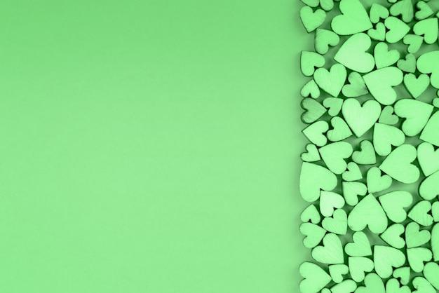 Serce świętego walentego tło prawo. zielony kolor.