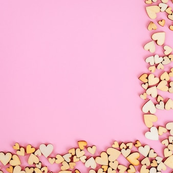 Serce świętego walentego tło u dołu i po prawej stronie. różowy kolor.