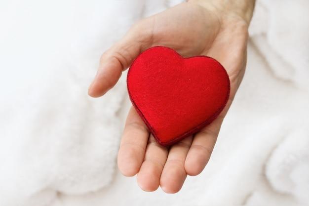 Serce symbol w ręce mężczyzn.