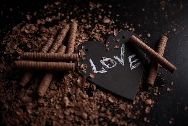 Serce symbol z miłości napis, pojęcie złamanego serca, rozpad, rozwód
