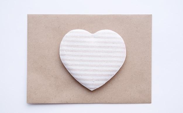 Serce tkankowe na kopercie rzemieślniczej. przyjazny dla środowiska walentynki.