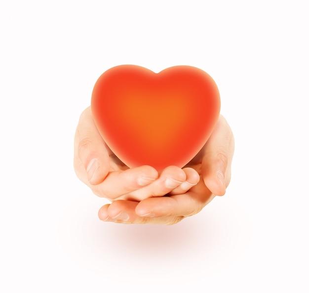 Serce trzymać w ręce na białym tle