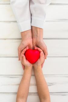 Serce trzymając się za ręce