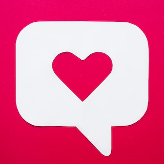 Serce w bańka mowy ikona na czerwony stół