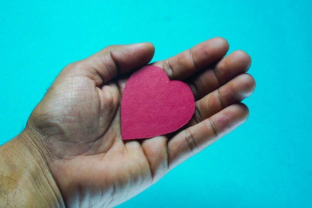 Serce w dłoni na na białym tle