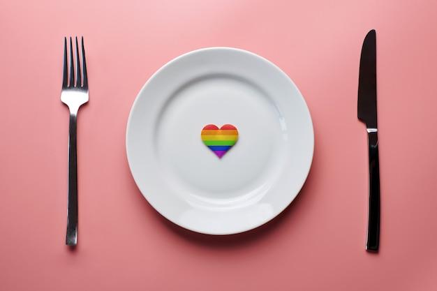 Serce w kolorach flagi lgbt na talerzu