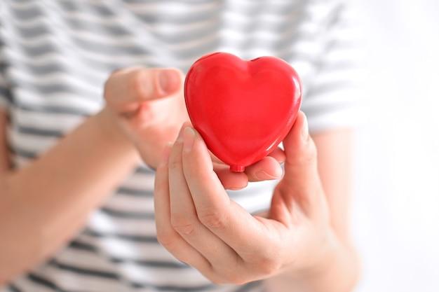 Serce w rękach kobiety na białym tle szczęśliwy dzień matki lub międzynarodowy dzień rodzin